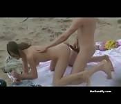 Une compilation de baises de couples à la plage