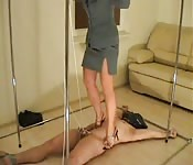 Frau in Pumps misshandelt ihren Sklaven