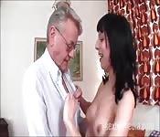 Un vecchio scopa con una ragazza