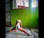Une amatrice souple bouge son corps dans cette scène