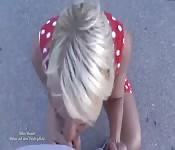 Deutsches Girl kniet sich hin