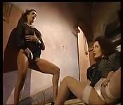 Brunetta ama scopare uomini e donne