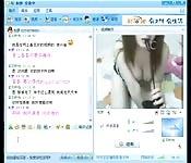 Jouer avec son jouet devant sa webcam