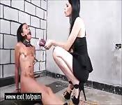 Lesbiche indulgono in sadomaso doloroso