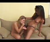 Lesbianas con un arnés