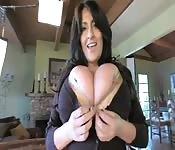 Milf brune montre ses gros seins