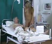 Infermiera arrapata tratta bene il paziente