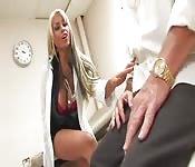 Bridgette B joue au docteur