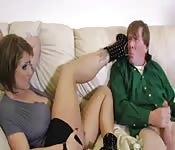 Una femdom sexy con un debole per i piedi