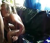 Zierliche Schwedin poppt auf Sofa