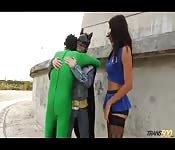 Isabelle Cruz scopa due supereroi
