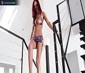 Amy Reid dalle lunghe gambe si fa trapanare