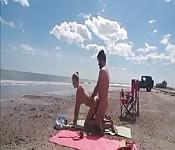 Una coppia sexy scopa in spiaggia
