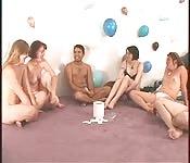 Orgie circulaire entre hommes et femmes