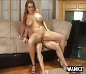 Femme à gros seins baisée sur le canapé