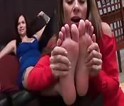 Feticismo dei piedi condiviso da due belle lesbiche