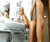 Jolie Russe offre son corps dans la salle de bains