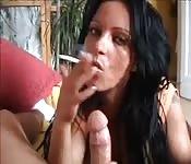 Brunetta europea che fuma e succhia