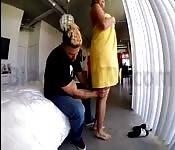 Fille mariée se faisant masser par le plombier