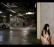 Elle joue seule dans le parking
