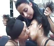 Brasiliane condividono liquidi dopo essersi baciate