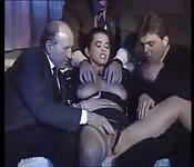 Trois Italiens baise une jolie brune
