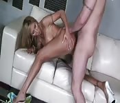 Blonde tatouée se couche pour une queue