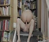 Superbe femme baise à la bibliothèque