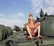 Baise anale dans un cimetière de tanks