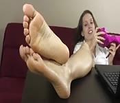 Puede verte mirando sus bonitos pies