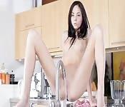 Gioca da sola in cucina