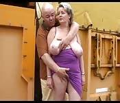 Doigtant une blonde plantureuse en public
