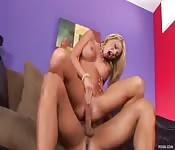 Une blonde sur le canapé