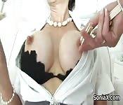 MILF enseigne le sexe à une jeune fille
