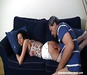 Le beau-père abuse de sa belle-fille endormie.