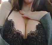A ella le encanta seducir con sus tetas enormess