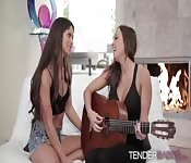 Hot babe Aspen gets some pussy action