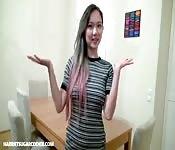 Bella ragazza asiatica si masturba sul tavolo