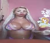 Blonde aux faux seins