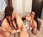 Lesbiche con le tette giganti si leccano a vicenda