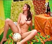 Une fan de football se caresse devant la caméra