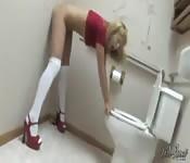 Elle joue avec son gode dans les toilettes