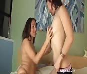 Lesbiche teenager dilettanti condividono fiche bagnate