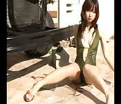 Une Japonaise toute mince s'exhibe en maillot de bain