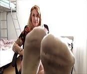 Heiße Studentin präsentiert uns ihre dreckigen Füße