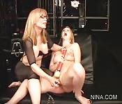 Nina Hartley insegna una lezione lesbica a Sunny Lane