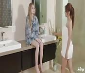 Ayumi fickt ihre Freundin im Bett