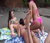 Troie sexy si infilano le mani nella figa in spiaggia