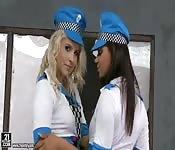 Mujeres policía muy sexis se masturban