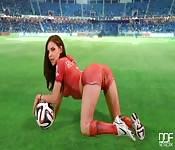 Elle aime le foot et se touche la chatte
